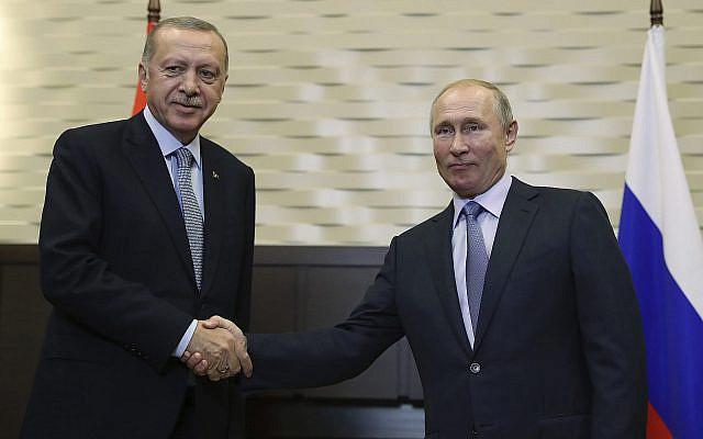 Le président russe Vladimir Poutine, (à droite), avec son homologue turc Recep Tayyip Erdogan à Sotchi, le 22 octobre 2019. (Crédit : Presidential Press Service via AP, Pool )