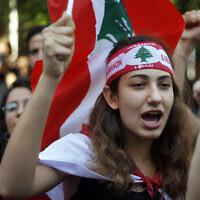 Des manifestants scandent des slogans pendant des manifestations anti-gouvernement devant la banque centrale du Liban à Beyrouth, le 28 octobre 2019. (Crédit : AP Photo/Bilal Hussein)