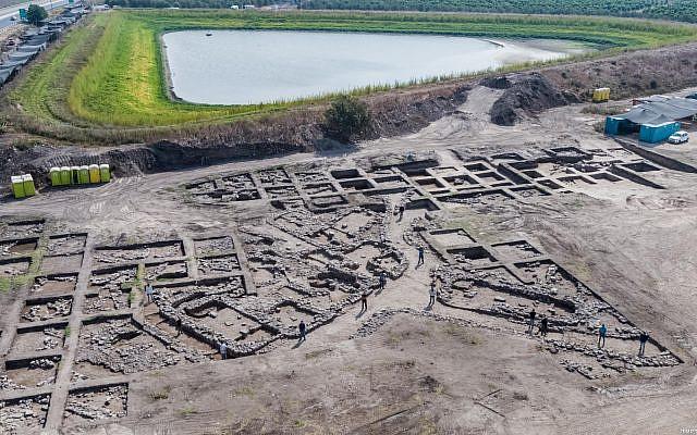 Vue aérienne d'un site archéologique près de la ville actuelle de Harish. (Crédit : Assaf Peretz, Israel Antiquities Authority)