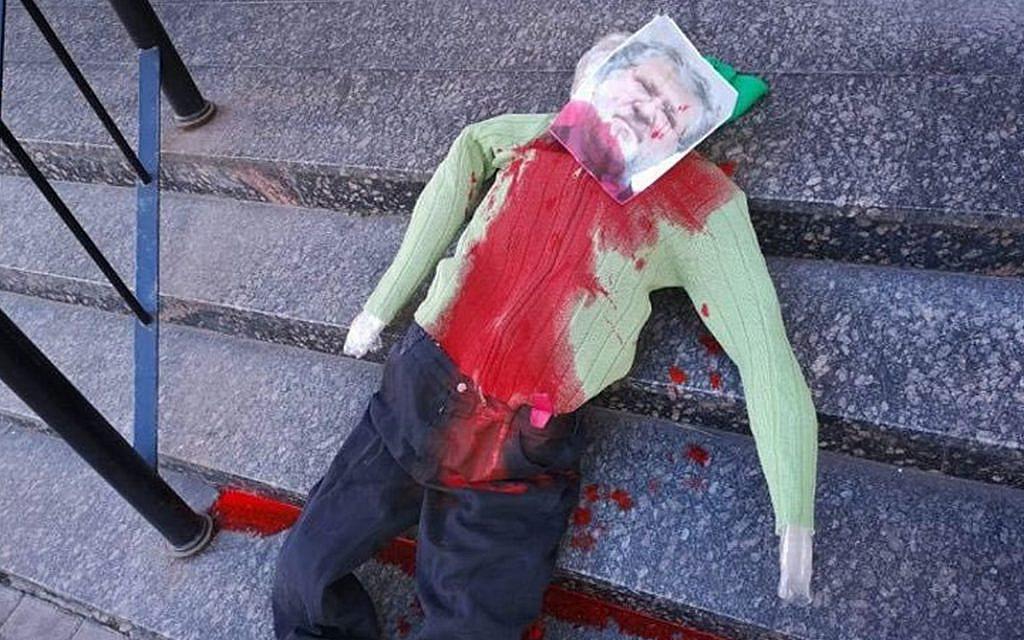 Ukraine : Une effigie sanglante d'un oligarque juif pendue à une synagogue
