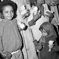 Photo d'illustration - des enfants juifs yéménites et leurs jouets dans le camp de Hashed, à proximité d'Aden, au Yémen, en 1949 (Crédit : David Eldan/GPO photo archive)