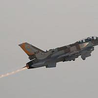 """Un F-16I """"Sufa"""" conçu par Lockheed Martin décolle lors de la 156e remise des diplômes de l'académie militaire israélienne. (Tsahi Ben-Ami/Flash 90)"""
