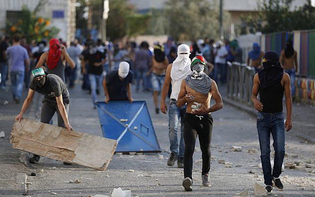 Photo d'illustration : Des émeutiers palestiniens affrontent la police israélienne dans le quartier d'Issawiya, à Jérusalem-Est, en octobre 2015 (Crédit : Flash90)