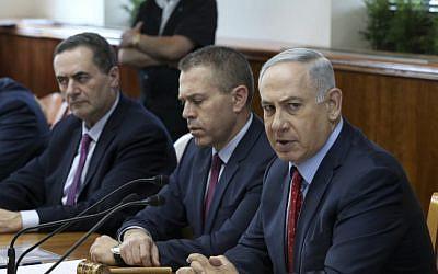 Le Premier ministre Benjamin Netanyahu (à droite), le ministre de la Sécurité publique Gilad Erdan (au centre) et le ministre du Renseignement et des Transports Yisrael Katz (à gauche) lors d'une réunion du cabinet à Jérusalem en 2016, (Amit Shabi/POOL/Flash90)
