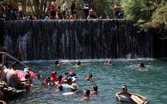 Photo d'illustration : Des Israéliens nagent dans le parc national Gan HaShlosha, dans le nord d'Israël, le 9 septembre 2017 (Crédit :  Gili Yaari/Flash90)