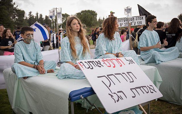 Des Israéliens manifestent près de la Knesset, à Jérusalem, contre la décision d'installer la plateforme de traitement de gaz naturel Leviathan à dix kilomètres du rivage d'Israël dans le centre du pays, le 12 juin 2018 (Crédit : Noam Revkin Fenton/Flash90)