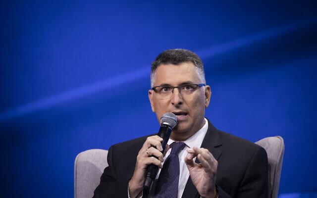 Le député du Likud Gideon Saar pendant la conférence de la Television News Company israélienne à Tel Aviv, le 5 septembre 2019. (Crédit : Hadas Parush/Flash90)