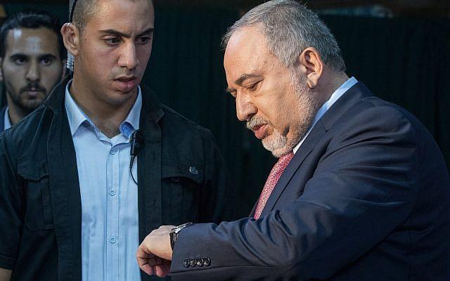Avigdor Liberman, président de Yisrael Beytenu, prend la parole lors d'une réunion de faction à Neve Ilan, à l'ouest de Jérusalem, le 22 septembre 2019. (Noam Revkin Fenton/Flash90)