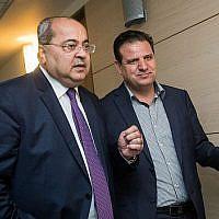 Le leader de la Liste arabe unie Ayman Odeh, (à droite), et Ahmad Tibi, membre du parti, arrivent à la Knesset pour une réunion de faction, le 22 septembre 2019. (Crédit : Yonatan Sindel/Flash90)