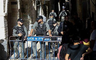 Les forces de sécurité israéliennes gardent la scène d'une attaque au couteau à la Porte de la chaîne sur le Mont du Temple, dans la Vieille Ville de Jérusalem, le 26 septembre 2019. (Noam Revkin Fenton/Flash90)