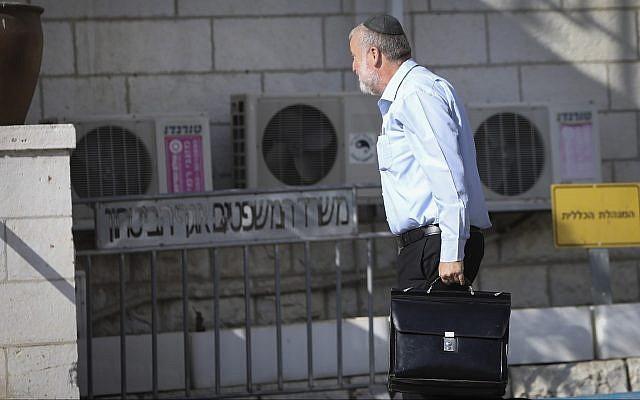 Le procureur général Avichai Mandelblit arrive au siège du ministère de la Justice, le 2 octobre 2019 (Crédit : Noam Rivkin Fenton/Flash90)