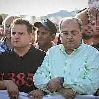 Les députés de la Liste arabe unie Ayman Odeh et Ahmad Tibi lors d'une manifestation contre les violences, le crime organisé et les meurtres récents au sein de la communauté arabe à Majd al-Krum, le 3 octobre 2019 (Crédit : David Cohen/Flash90)
