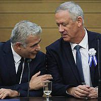 Les leaders de Kakhol lavan Benny Gantz, (à droite), et Yair Lapid lors d'une réunion de faction à l'ouverture de la 22e Knesset de Jérusalem, le 3 octobre 2019. (Crédit: Hadas Parush/Flash90)