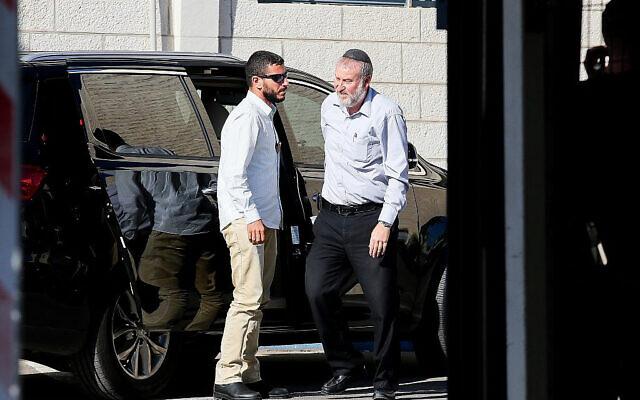 Le procureur général Avichai Mandelblit (à droite) arrive au ministère de la Justice à Jérusalem pour l'audience sur les affaires de corruption du Premier ministre Benjamin Netanyahu, le 7 octobre 2019. (Flash90)