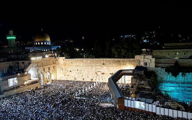 Des milliers de personnes assistent à la prière de pardon (Selichot), au mur Occidental de la Vieille Ville de Jérusalem, tôt le 8 octobre 2019, en prélude au prochain Jour des Expiations pour les Juifs, Yom Kippour. (Yonatan Sindel/Flash90)