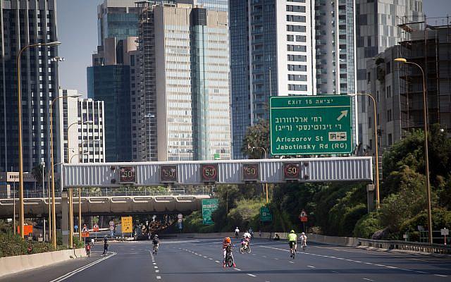 Des Israéliens roulent à vélo sur l'autoroute vide Ayalon à Tel Aviv, pendant Yom Kippour, le Jour du Grand Pardon, et la plus sainte des fêtes juives, le 9 octobre 2019. (Miriam Alster/Flash 90)