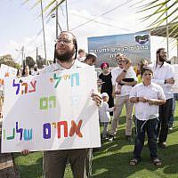 """Des résidents de Yitzhar manifestent leur soutien aux soldats israéliens à l'entrée de la Brigade Samarie, le 20 octobre 2019, après l'agression de militaires près de l'implantation du nord de la Cisjordanie.  Sur la pancarte, on peut lire """"Les soldats de l'armée israélienne sont nos frères"""". (Sraya Diamant/Flash90)"""