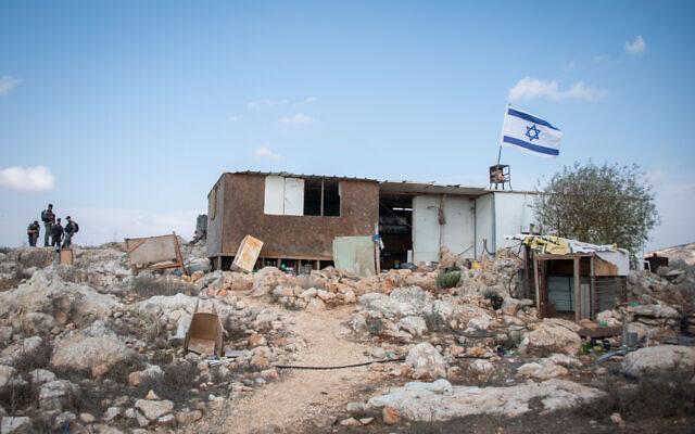 Les agents de la police des frontières gardent un avant-poste situé à proximité de l'implantation de Yitzhar, le 24 octobre 2019 (Crédit : Sraya Diamant/Flash90)