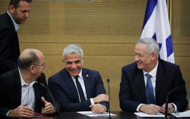 De gauche à droite, Moshe Yaalon, Yair Lapid et le chef de Kakhol lavan, Benny Gantz, lors d'une réunion de faction à la Knesset, le 28 octobre 2019 (Crédit : Hadas Parush/Flash90)