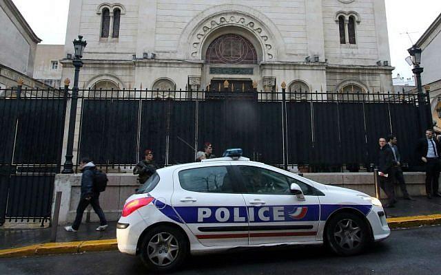 Photo d'illustration. La police garde une synagogue pendant une visite du ministre de l'Intérieur français Bernard Cazeneuve à Marseille, dans le sud de la France, le 14 janvier 2016. (Crédit : AP Photo/Claude Paris)