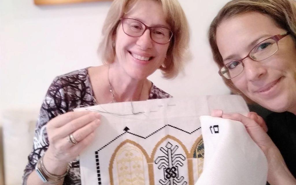 Lili Shain (gauche) enseigne à Liat Bartal à faire du point de croix (Crédit : Lili Shain)