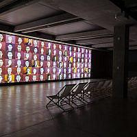 """""""Cascade"""", installation vidéo de  Marina Abramovic dans la piscine historique intérieure de la YMCA dans le cadre de la 4ème Biennale de Jérusalem (Autorisation : Marina Abramovic Archives and MONA)"""