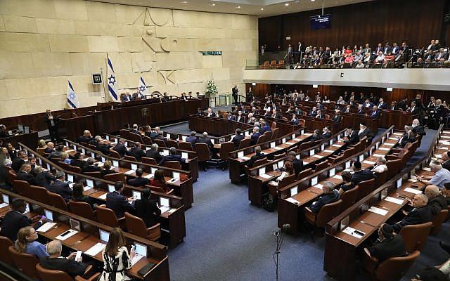 Les députés lors de la prestation de serment de la 22e Knesset, le 3 octobre 2019 (Crédit : Knesset israélienne)