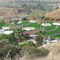 Le mémorial en hommage aux sept adolescentes assassinées alors qu'elles visitaient l'île de la paix (Crédit : Domaine public)