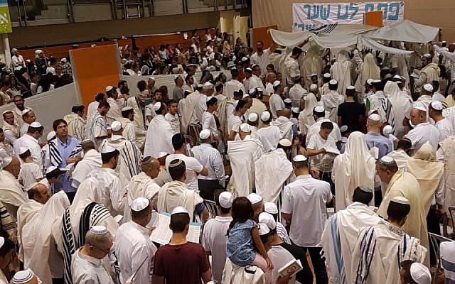 Des Israéliens laïcs et religieux à la fin des services de Yom Kippour au centre communautaire de Kiryat Ono, près de Tel Aviv (Autorisation : Tzohar)
