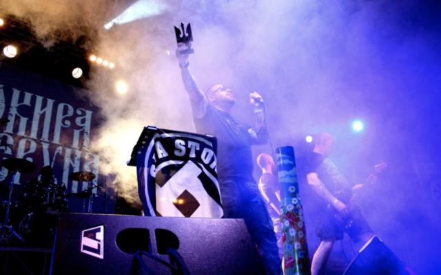 Le groupe néo-nazi Sokraya Peruna en concert en 2018. (Crédit : sokrayaperuna.com)