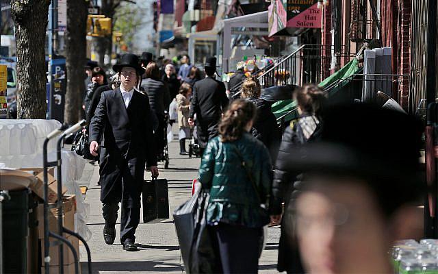 A titre d'illustration : Juifs orthodoxes à Brooklyn, New York, 17 avril 2019. (AP Photo/Seth Wenig)