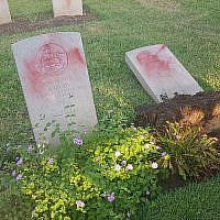 Des tombes vandalisées dans le cimetière militaire de Haïfa, le 11 octobre 2019 (Crédit : Police israélienne)