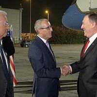 Le secrétaire d'Etat américain Mike Pompeo,  à droite, atterrit à l'aéroport Ben-Gurion, le 18 octobre 2019 (Crédit : Ziv Sokolov/US Embassy Jerusalem)