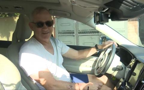 Benny Gantz s'adresse à des journalistes dans son véhicule, près de chez lui à Rosh Ha'ayin, le 22 cotobre 2019 (Capture écran / Twitter)