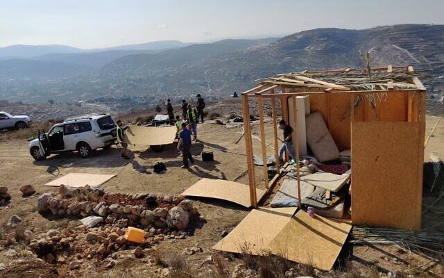 Des employés de l'Administration civile démolissent deux structures dans l'avant-poste illégal de Shevah Ha'aretz près de Yitzhar, le 24 octobre 2019. (Autorisation)