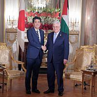 Le président de l'AP Mahmoud Abbas et le Premier ministre japonais Shinzo Abe se rencontrent à Tokyo le 21 octobre 2019. (Credit: Wafa)