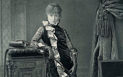 Sarah Bernhardt dans un personnage de scène, 1880. (Crédit : The Hampden-Booth Theatre Library of The Players Foundation for Theatre Education)