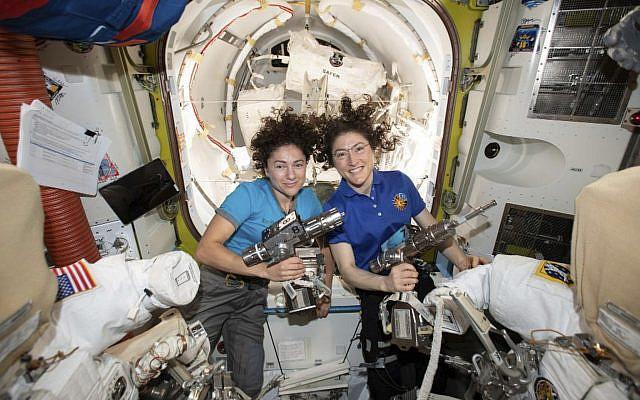 Sur cette photographie publiée par la NASA le jeudi 17 octobre 2019, les astronautes américaines Jessica Meir, gauche, et Christina Koch prennent la pose pour une photo dans la Station spatiale internationale. (NASA via AP)