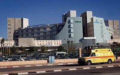 Une ambulance devant l'hôpital Soroka dans la ville du sud de Beer-Sheva, le 23 décembre 2013.  (FLASH90)