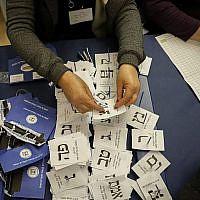 Des officiels décomptent les bulletins de soldats et de personnes à l'étranger à la Knesset à Jérusalem, un jour après le scrutin du 10 avril 2019. (Noam Revkin Fenton/Flash90