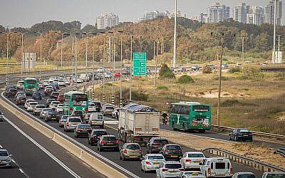 Des voitures coincées dans un embouteillage sur l'Autoroute 2 (route côtière) à la Veille de Pessah, le 19 avril 2018. (Meir Vaknin/Flash90)