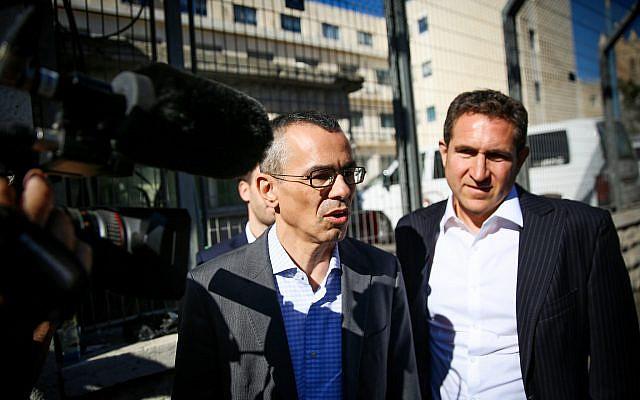 L'équipe de défense du Premier ministre Benjamin Netanyahu, avec l'avocat Yossi Ashkenazi, au centre, arrive au ministère de la Justice à Jérusalem pour l'audience sur les affaires de corruption dans lesquelles Netanyahu est suspecté, le 3 octobre 2019. (Flash90)