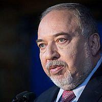 Avidgor Liberman, le président d'Yisrael Beytenu, s'exprime lors d'un meeting du parti à Neve Ilan, à l'ouest de Jérusalem, le 22 septembre 2019. (Noam Revkin Fenton/Flash90)