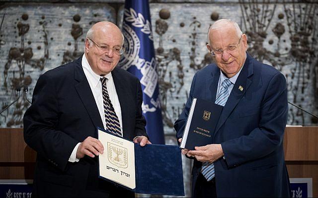 Le président Reuven Rivlin (droite) reçoit les résultat officiels des élections de la 22ème Knesset des mains du Juge de la Cour suprême Hanan Melcer, le chef de la Commission centrale électorale, à sa résidence officielle à Jérusalem le 25 septembre 2019. (Yonatan Sindel/Flash90)