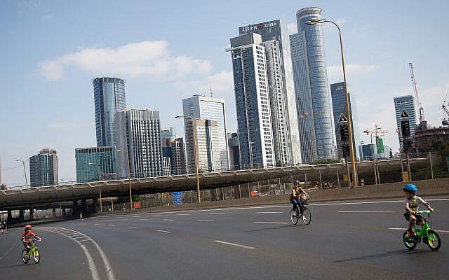 Des Israéliens font du vélo sur l'autoroute vide Ayalon de Tel Aviv pour Yom Kippour, le jour du Pardon, et la fête juive la plus sainte, le 9 octobre 2019. (Miriam Alster/Flash 90)