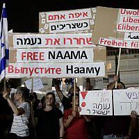 Des militants appellent à la libération de Naama Issachar, une femme israélienne emprisonnée en Russie pour une affaire liée à la drogue, sur la place Habima à Tel Aviv, le 19 octobre 2019. (Tomer Neuberg / Flash90)