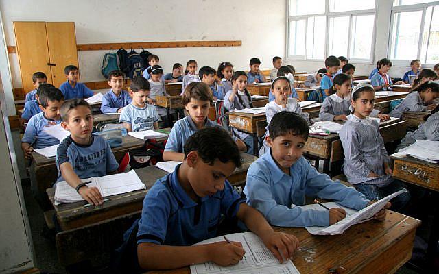 Des enfants palestiniens étudient à l'école élémentaire gazaoui de l'UNRWA à Gaza Ville. (IRIN/Creative Commons via JTA)