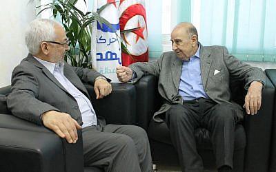 Rached Ghannouchi, président du mouvement Ennahda, rencontrant Roger Bismuth, représentant de la communauté juive de Tunisie, au siège central du mouvement. (Crédit : Wikipédia, Parti Mouvement Ennahdha, CC BY SA 2.0)