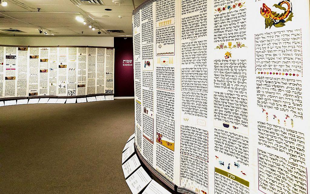 Une partie de la Tapisserie de l'Esprit : Point de Torah par l'exposition du Projet du Point au Musée du textile du Canada, septembre 2019. (Eran Aloni)