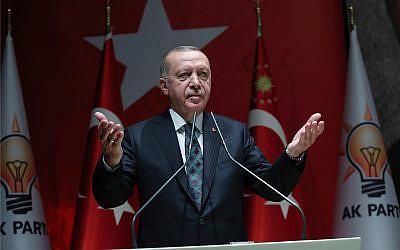 Le président turc Recep Tayyip Erdogan s'exprime devant les responsables de son parti au pouvoir à Ankara en Turquie, le 10 octobre 2019. (Crédit : Service de presse de la présidence turque via AP, Pool)